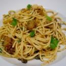 Spaghetti aux sardines, croutons, ail et piment